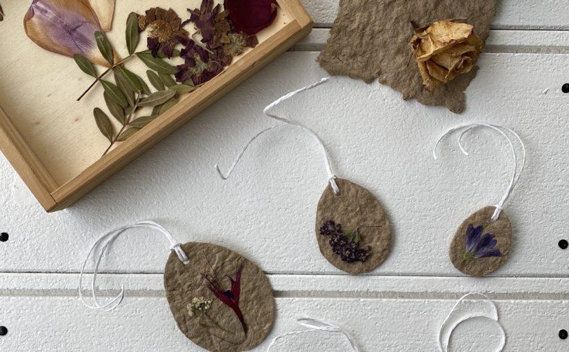 Schmuck für den Osterstrauch aus geschöpftem Papier und getrockneten Blüten